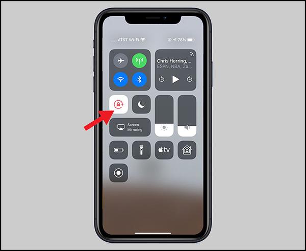 Khi nút chuyển sang màu đỏ tức màn hình đã được khóa